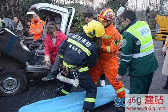 京昆高速绵广段两车追尾 消防员救出1名被困者